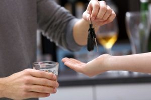 Какие штрафы предусмотрены за передачу управления ТС лицу в состоянии алкогольного опьянения