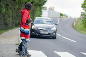 Как правильно переходить дорогу пешеходу по ПДД – за нарушения положен штраф?