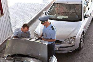 досмотр багажника автомобиля