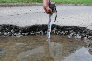 измерение глубины ямы