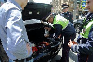 Инспектор ДПС пытается проверить багажник – как себя вести водителю?