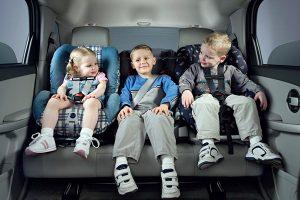 дети в детских креслах