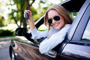 девушка в автомобиле с ключами