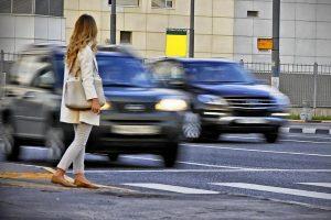 Девушка перед пешеходным переходом