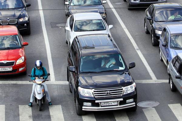Автомобили у светофора