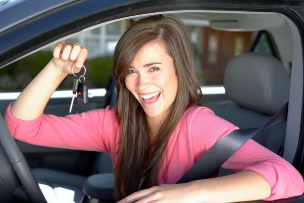 Молодая девушка за рулем
