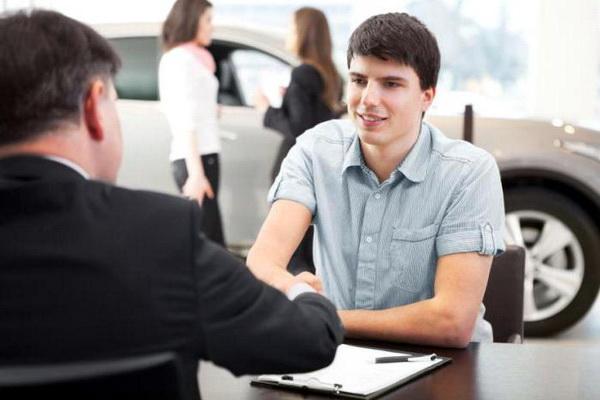 Подросток в автосалоне