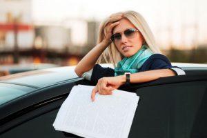 Девушка с документами на машину