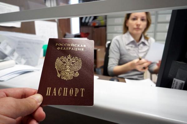 Паспорт в руке