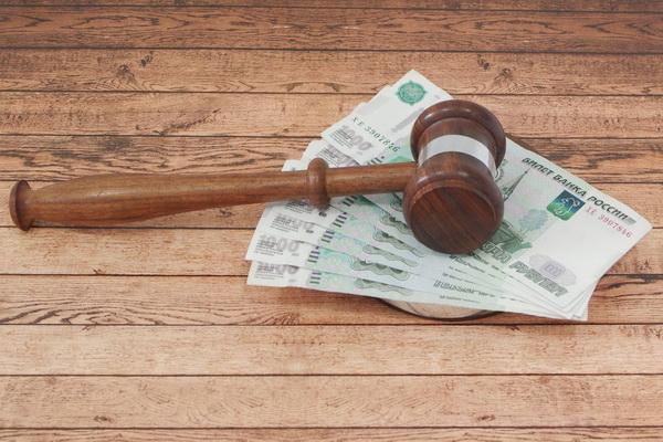 Судейский молоток и деньги