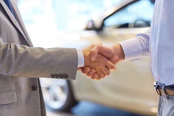Рукопожатие у автомобиля