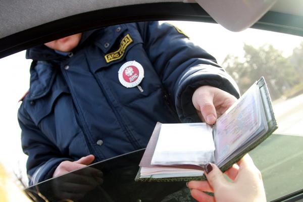 Проверка документов сотрудником гибдд